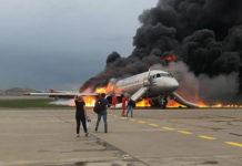 """Горящий Superjet 100 """"Аэрофлота"""" после посадки в аэропорту Шереметьево"""