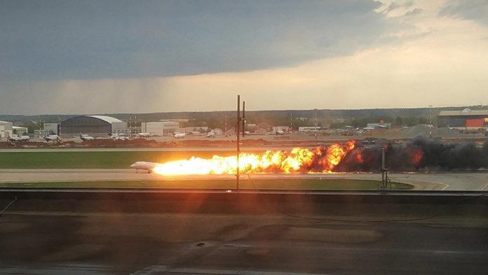 Огненный шлейф тянется за Superjet100 после посадки самолета