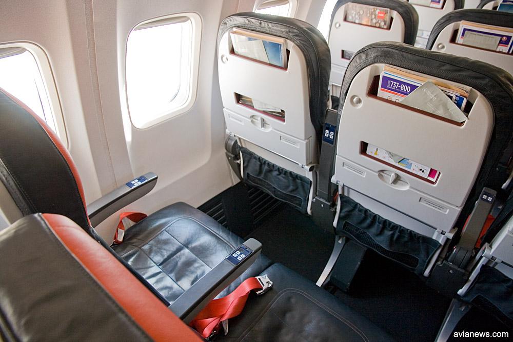 Для увеличения места для ног отсек для журналов перемещен в верхнюю часть кресла