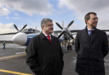 Президент Украины Петр Порошенко и министр инфраструктуры Владимир Омелян на фоне Ан-24 в аэропорту Ужгорода, который совершил первый рейс Львов-Ужгород