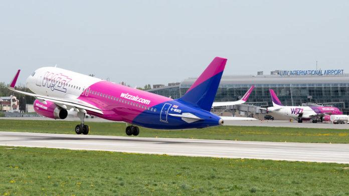 Взлет самолета Wizz Air из аэропорта Львов