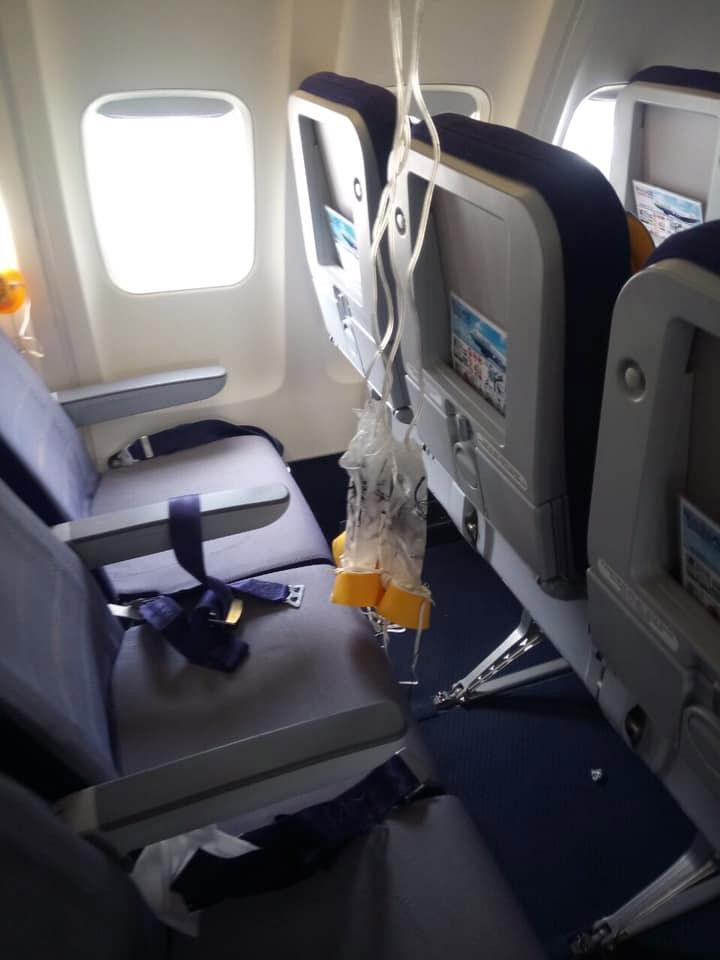 Выпавшие кислородные маски в салоне Boeing 737-400 Yanair