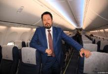 Президент МАУ Юрий Мирошников в салоне Boeing 737-800