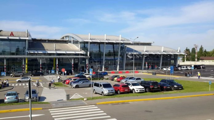 Новое крыло терминала А аэропорта Жуляны. Стоянка перед терминалом