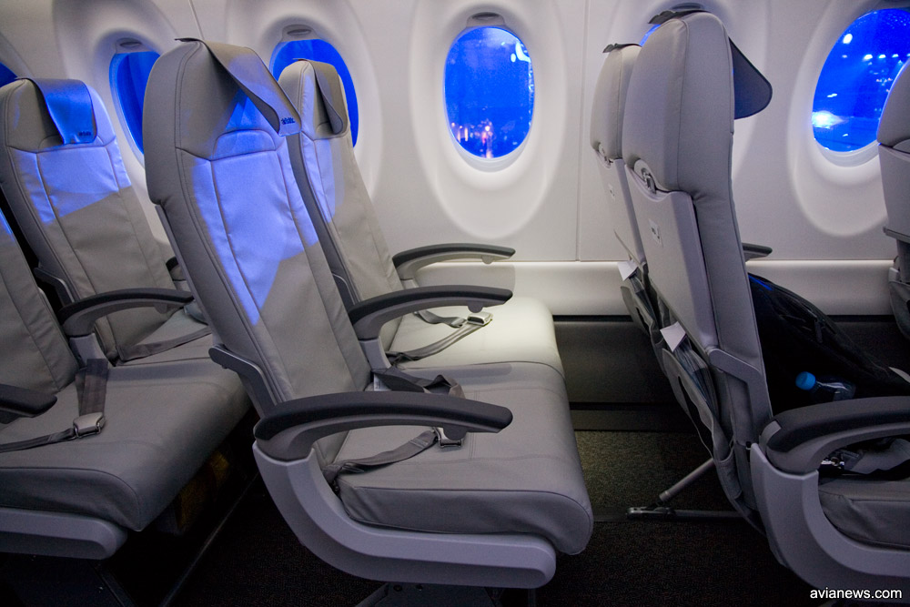 Шаг кресел в салоне A220-300 airBaltic