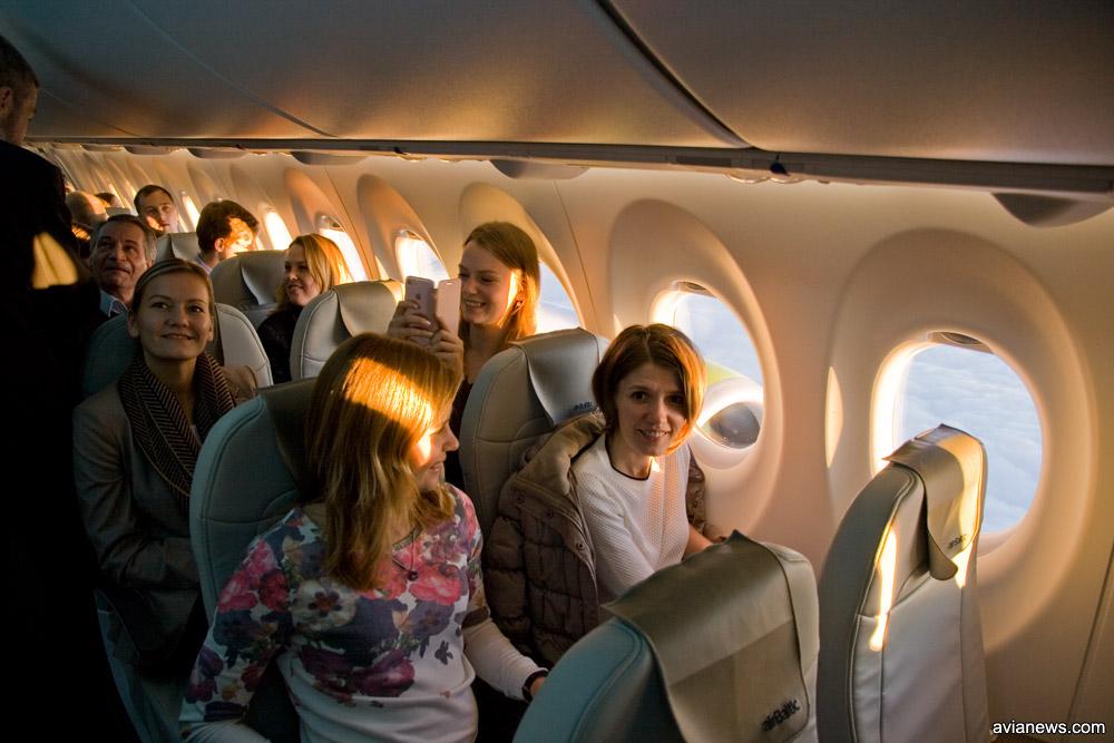 Пассажиры в салоне A220-300