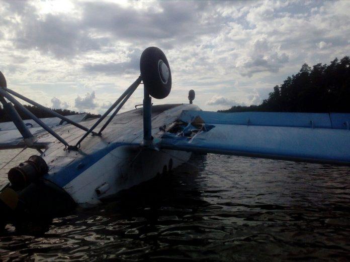 Ан-2 UR-KAU в озере рыбхоза