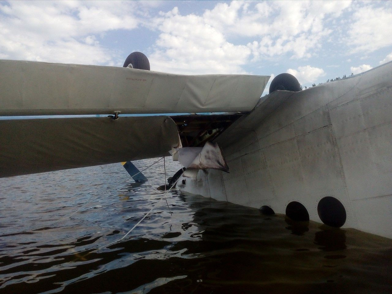 Ан-2 UR-KAU в озере