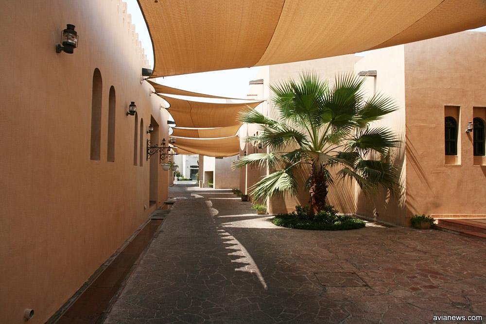 """Небольшая улочка, накрытая брезентом для защиты от солнца, в районе Дохи """"Катара"""""""