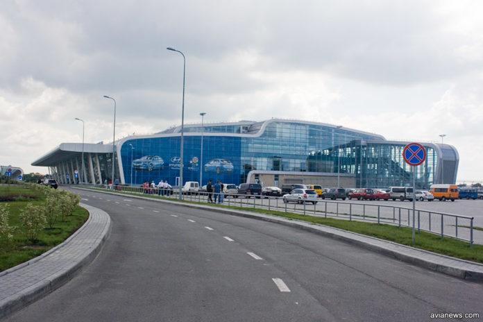 Суточная парковка рядом с терминалом в аэропорту Львов
