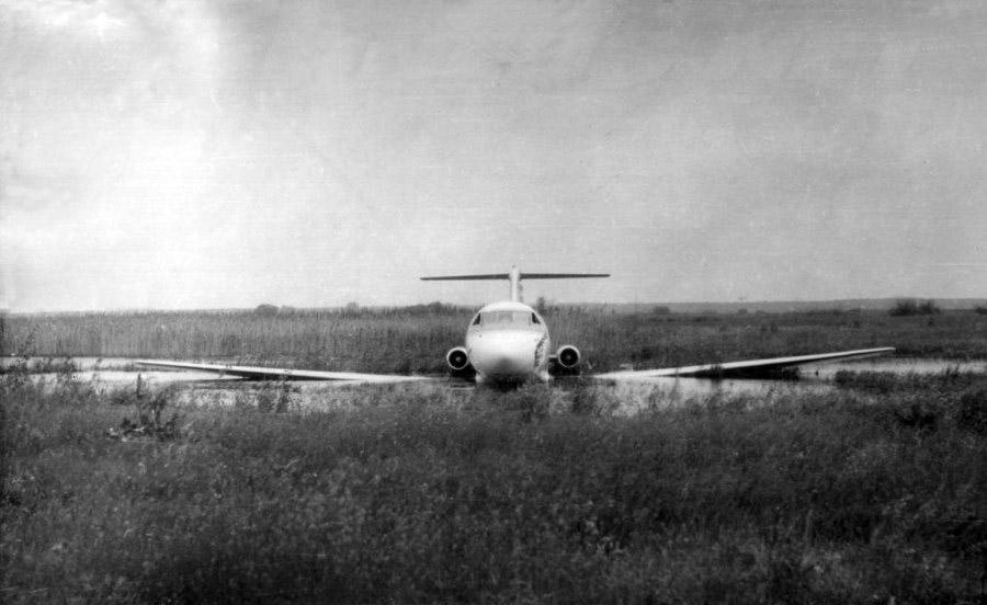 Як-40 СССР-87541 после посадки на болотистую местность в районе Осокорки в Киеве