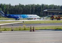 Самолет Nordica в аэропорту Таллинна облили пеной после аварийной посадки