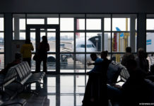 Пассажиры у выхода на посадку в самолет