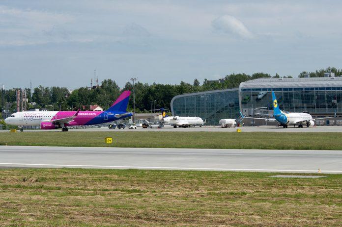 Самолеты Wizz Air, Lufthansa и МАУ в аэропорту Львов