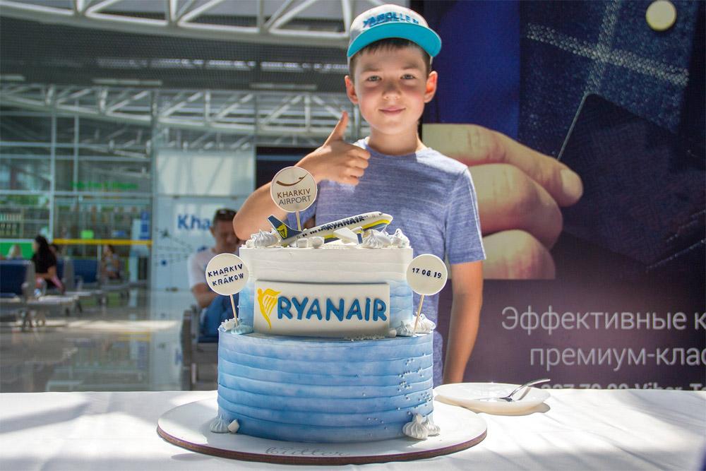 Торт в честь выполнения первого рейса Ryanair их Харькова в Краков 17 июня 2019 года