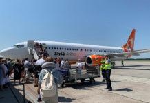 Процесс посадки пассажиров в самолет SkyUp Boeing 737-800
