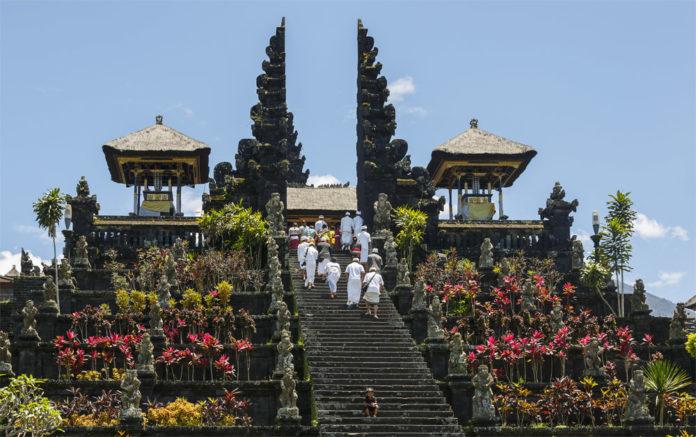 Храм Пура Бесаких на острове Бали, Индонезия