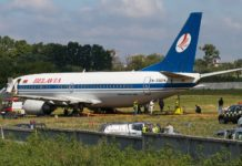 """Процесс эвакуации Boeing 737-300 """"Белавиа"""" с грунта на твердую поверхность в аэропорту Жуляны"""