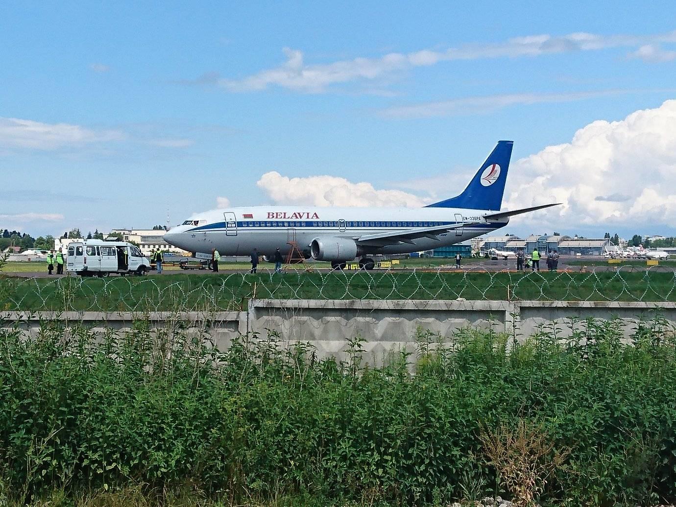 """Boeing 737-300 """"Белавиа"""" эвакуирован на твердую поверхность в аэропорту Жуляны"""