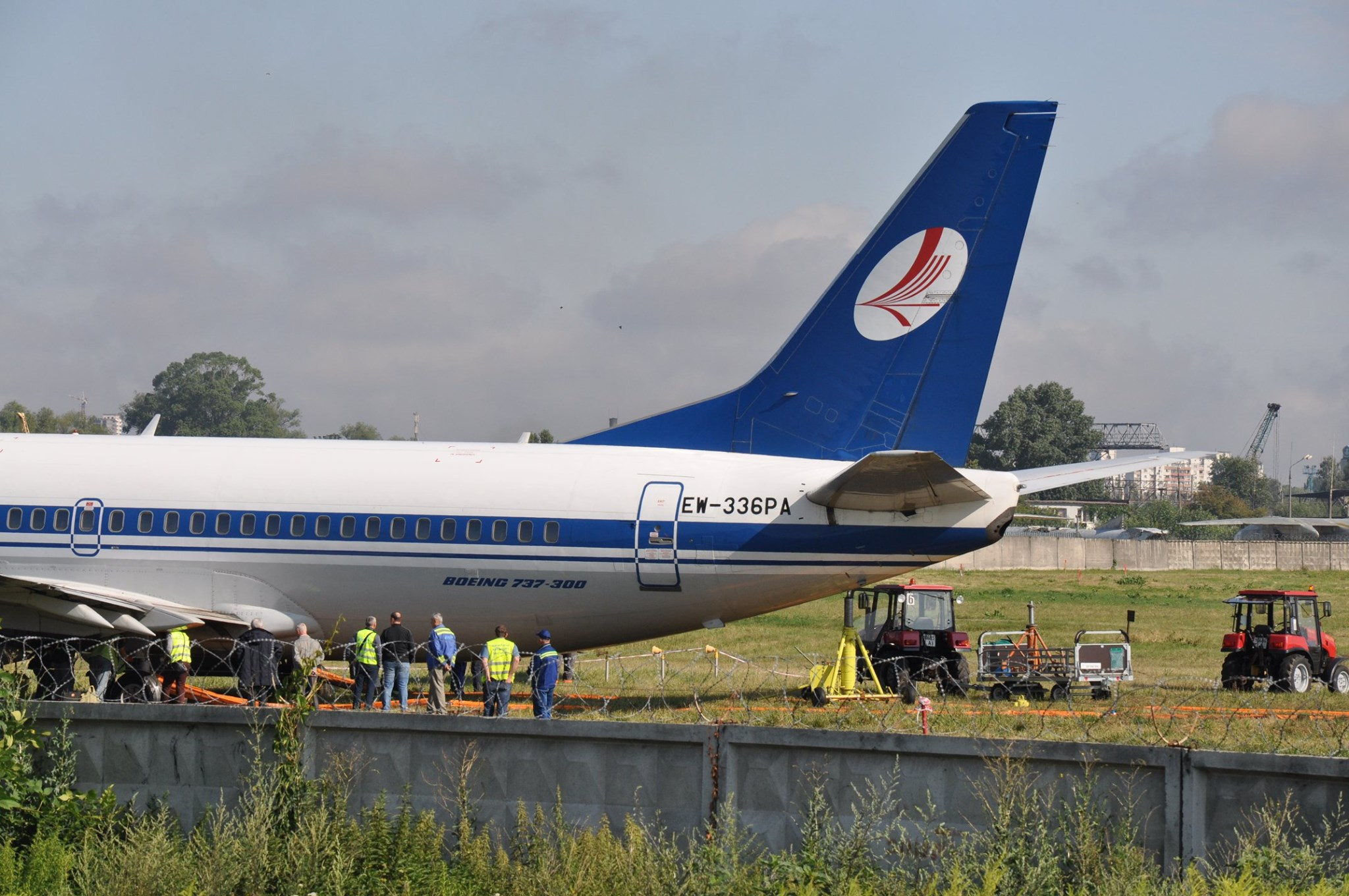 "Выкатившийся с полосы в аэропорту Жуляны Boeing-737-300 ""Белавиа"" EW-336PA"