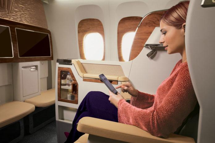 Пассажир Emirates использует телефон для выхода в интернет во время полета