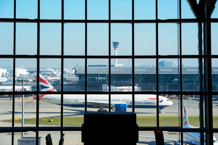 Выход на посадку в аэропорту Хитроу. Самолет British Airways на заднем плане