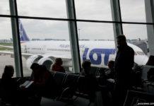 Пассажиры на фоне самолета Boeing 787 LOT