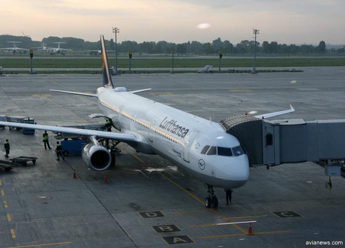 A321 Lufthansa у телетрапа в аэропорту