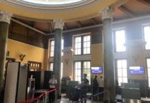 Центральный зал в старом терминале аэропорта Львов. Зона регистрации и контроля на авиационную безопасность