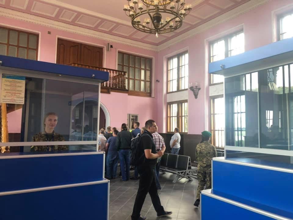 Паспортный контроль в старом терминале аэропорта Львов