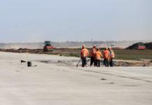 Строители на новой полосе в аэропорту Одесса. Июль 2019 года