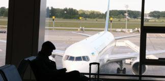 Пассажир в ожидании вылета в аэропорту