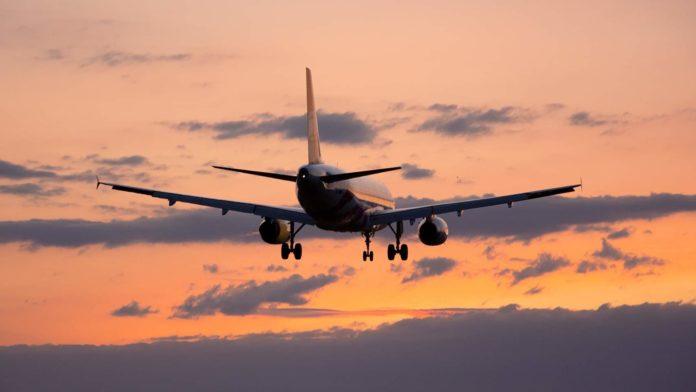 Самолет заходит на посадку в вечернее время
