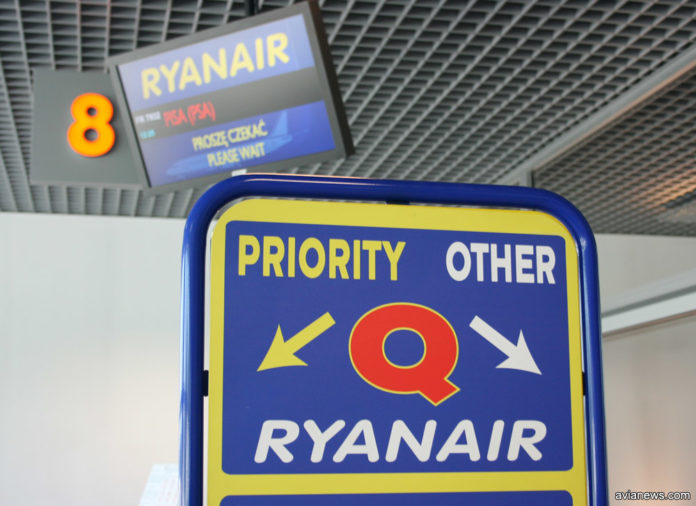 Выход на посадку с разделителем Ryanair на пассажиров с приоритетной посадкой и без