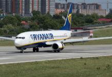 Boeing 737-800 Ryanair с польской регистрацией на взлетно-посадочной полосе