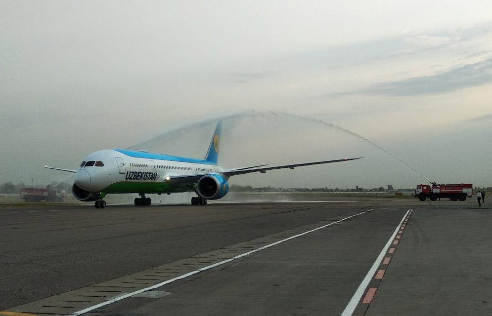 Встреча водяным салютом пятого Boeing 787-8 Uzbekistan Airways в Ташкенте