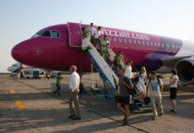Пассажиры выходят из самолета Wizz Air