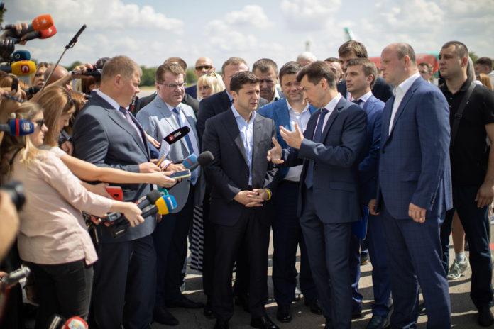 Президент Украины Владимир Зеленский в аэропорту Днепра