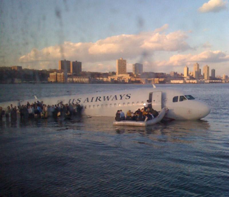 Пассажиры эвакуируются из Airbus A320 US Airways после приводнения на Гудзон
