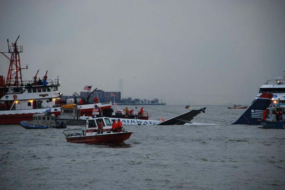 Катера спасательных служб возле частично затонувшего в реке Гудзон Airbus A320 US Airways