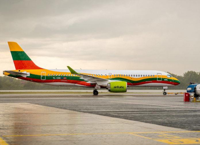 Airbus A220-300 с регистрацией YL-CSK airBaltic в цветах флага Литвы