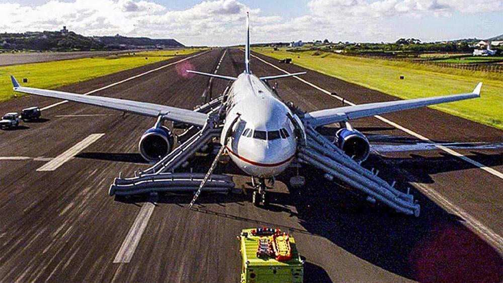 Airbus A330 Air Transat после посадки на полосе авиабазы авиабазы Лажеш на Азорских островах