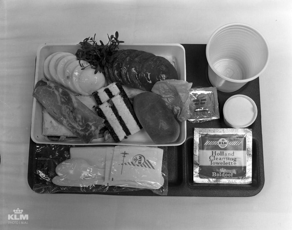 Питание в эконом-классе согласно требованиям IATA должно было быть простым и недорогим