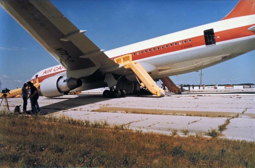Boeing 767 после совершения посадки без двигателей на аэродроме Гимли