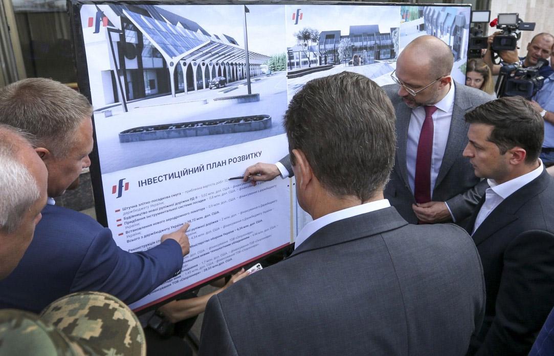 Владимир Зеленский знакомится с планом инвестиций в аэропорт Ивано-Франковска