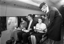 Экономический класс на борту самолета KLM после его появления в 1950-е годы