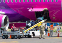 Выгрузка багажа из самолета