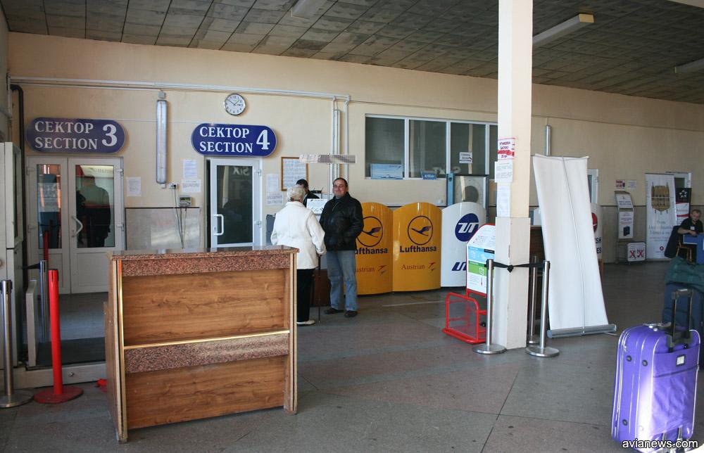 Зал регистрации в павильоне вылета рядом со старым терминалом