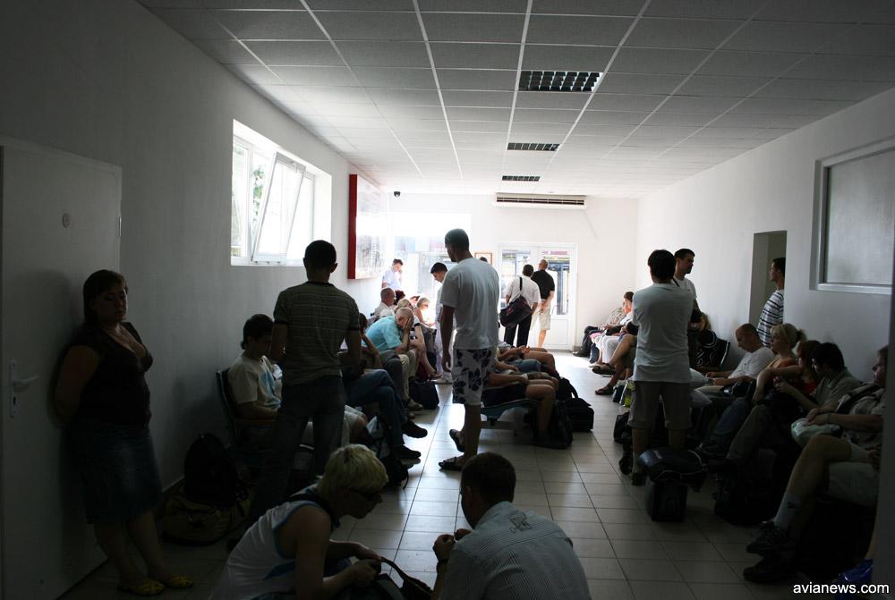 Зал вылета и выход на посадку в павильоне в аэропорту Львов
