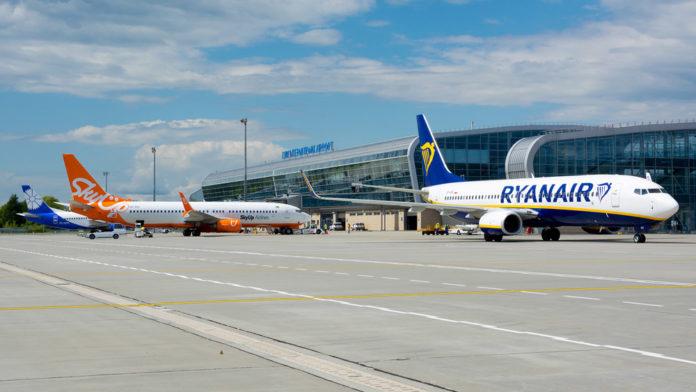 Перрон аэропорта Львов с самолетами Ryanair, SkyUp и
